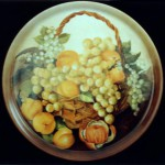 piatto porcellana con cesto frutta ed albicocche