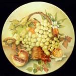 piatto porcellana con cesto frutta melograno e man